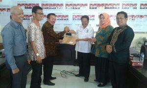 Ketua DPW Perindo Sumbar menerima berkas verifikasi dari komisioner KPU Sumbar, Mufti Syarfie