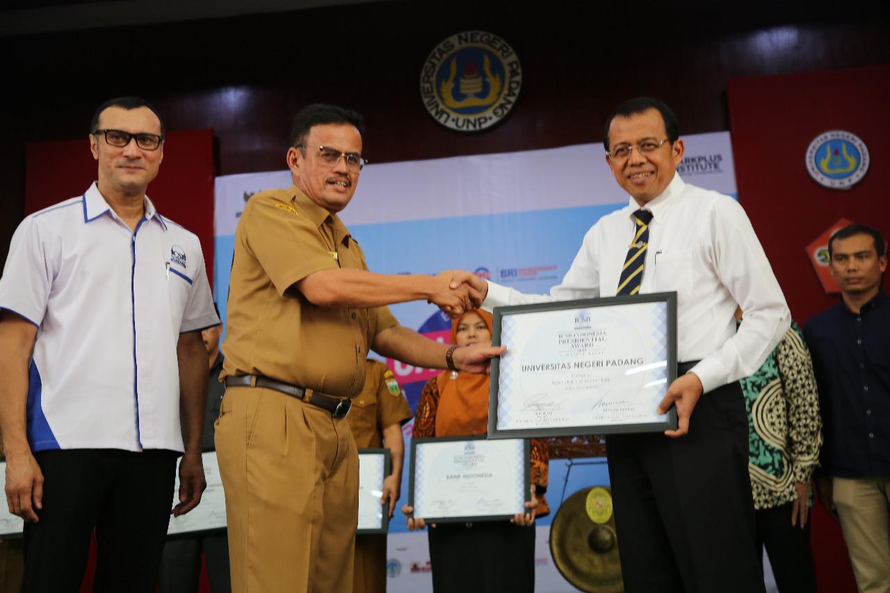 Rektor UNP Terima Anugerah ICSB Presidential Award