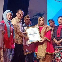 Ny. Endra Yuswir Arifin Terima Penghargaan Gemarikan dari Menteri Perikanan dan Kelautan