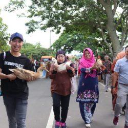 Diajak Ny. Henny Riza, Tamu Dari Brunei Rasakan Sensasi Pacu Itik Terbang