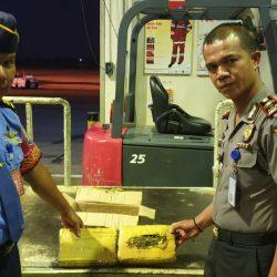 Petugas BIM Amankan Paket Ganja