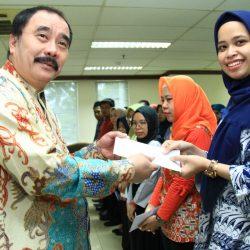 Reydonnyzar Moenek Serahkan Bantuan Korban Banjir Untuk Pegawai DPD RI