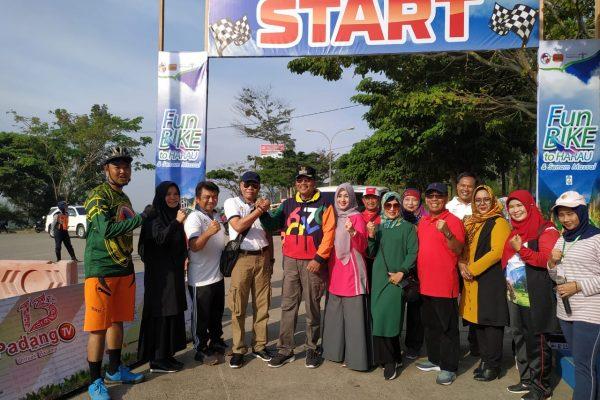 Bertema Perangi Covid-19. Ribuan Peserta Meriahkan Fun Bike dan Senam 13 Th Padang TV