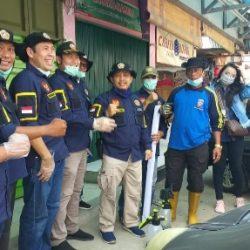 Karang Taruna Sumbar Semprot Pasar Alai Padang dengan Disinfektan