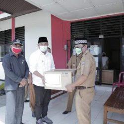 Lawan Covid-19, Bupati dan Ketua DPRD Dharmasraya Bagikan Puluhan Ribu Masker