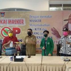 Is Prima Nanda Serahkan APD Karya Mahasiswa KKN Tematik Unand ke Pemko Padang