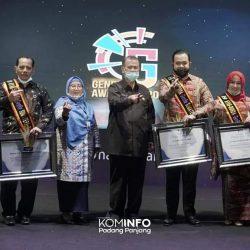 Walikota dan Ketua TP PKK Kota Padang Panjang Terima Anugerah ABG Award Kategori Pengayom