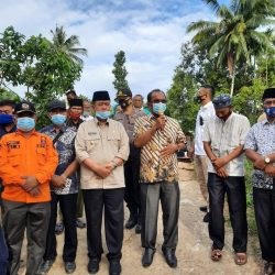 Wagub Nasrul Abit Serahkan Bantuan Perbaikan Jembatan di Ujung Gading Rp.150 Juta