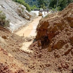 Masih Berlanjut, Pembersihan Material Longsor di Jalan Simaka Sudah 80 Persen