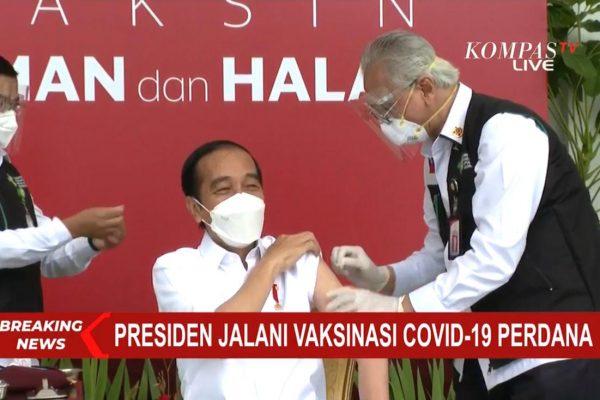 Presiden Jokowi Tersenyum Saat Disuntik Vaksin Covid-19