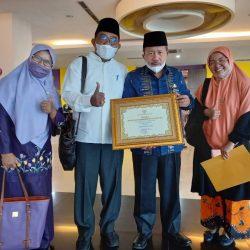 Berhasil Membangun Daerah, Bupati Agam Terima Penghargaan Dari Pemerintah Provinsi