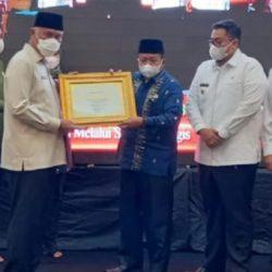 Berhasil Membangun Daerah, Bupati Agam Terima Penghargaan Terbaik I Dari Pemerintah Provinsi