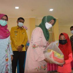Ketua LKKS Agam, Ny. Yenni Andri Warman Bagikan 30 Paket Santunan Pada Anak Yatim dan Dhuafa