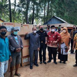 Disaksikan Suhatri Bur, Wagub Audy Bersama HM. Nurnas Bagikan Mesin Tempel untul Nelayan Pasie Katapiang