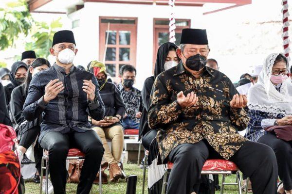 Antarkan ke Pemakaman Keluarga, SBY dan AHY Doakan Ibu Ageng Damai di Sisi Allah SWT