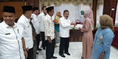 Bupati Ali Mukhni Serahkan Bantuan Modal Usaha Untuk 340 Warga