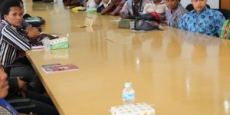 Kemenristekdikti Kuatkan Sikap Toleransi pada 30-an Mahasiswa Papua di UNP