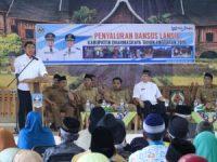 Bupati Dharmasraya bagi Bansos Lansia Secara Proporsional ke Semua Kecamatan
